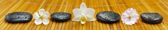 Каталог изображений для скинали белые цветы на бамбуковом коврике.